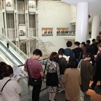 展示が再開された「表現の不自由展・その後」の入場抽選券配布に並ぶ人たち=名古屋市東区で2019年10月8日午後0時55分、兵藤公治撮影