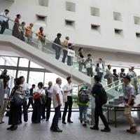 展示が再開された「表現の不自由展・その後」の入場抽選券配布に並ぶ人たち=名古屋市東区で2019年10月8日午後1時7分、兵藤公治撮影
