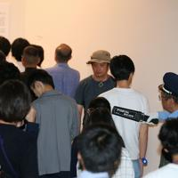 展示が再開された「表現の不自由展・その後」の展示室へセキュリティーチェックを受けて入る人たち=名古屋市東区で2019年10月8日午後2時11分、兵藤公治撮影