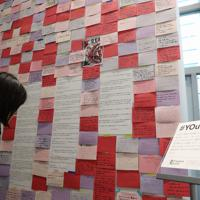 「表現の不自由展・その後」の再開を前に展示会場の扉から移動された多くのメッセージ=名古屋市東区で2019年10月8日午後2時14分、兵藤公治撮影