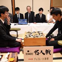 対局を振り返る張栩名人(右)と芝野虎丸八段(左)=静岡県熱海市で2019年10月8日午後7時35分、丸山博撮影