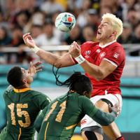 【南アフリカ―カナダ】前半、ボールを競り合うカナダのファンデルメルビ(右)=ノエビアスタジアム神戸で2019年10月8日、幾島健太郎撮影