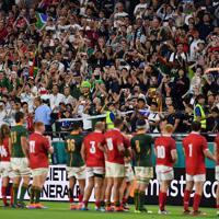 【南アフリカ―カナダ】試合後、両チームに声援を送る観客たち=ノエビアスタジアム神戸で2019年10月8日、猪飼健史撮影