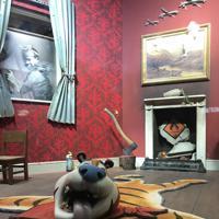 虫歯になったトラの顔がついた敷物=ロンドン南部で6日、横山三加子撮影