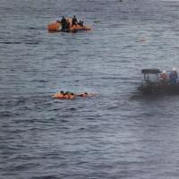 水産庁の取り締まり船「おおくに」の救命艇(右)で、接触した北朝鮮船籍とみられる漁船の乗組員を救助する場面=水産庁提供