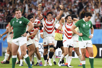 アイルランドに勝利し、喜びを爆発させる姫野(中央)、福岡(右から2人目)ら日本の選手たち=2019年9月28日、藤井達也撮影