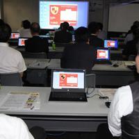 標的型メールの感染を実際に体験した参加者たち=横浜市中区で