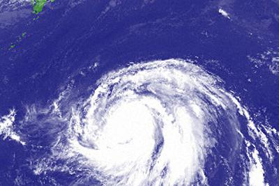 猛発達して大きな雲の渦を巻く台風19号=8日正午(気象庁提供