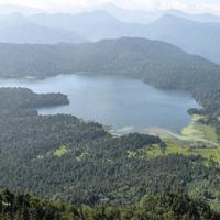 燧ケ岳から望む尾瀬沼。右端にえん堤があり、さらに行くと尾瀬ケ原、中央奥に取水口、左奥に長蔵小屋がある=去石信一撮影