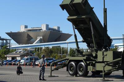 「PAC3」の機動展開訓練で、上空に向けられた発射機(右)。左後方は東京ビッグサイト=東京都江東区の東京臨海広域防災公園で2019年10月9日午前8時20分、手塚耕一郎撮影