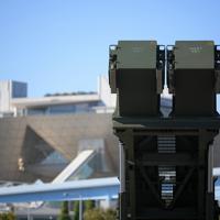 「PAC3」の機動展開訓練で、上空に向けられた発射機(右手前)。後方は東京ビッグサイト=東京都江東区の東京臨海広域防災公園で2019年10月9日午前8時35分、手塚耕一郎撮影