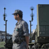 「PAC3」の機動展開訓練で、上空に向けられたレーダー装置(右)=東京都江東区の東京臨海広域防災公園で2019年10月9日午前8時28分、手塚耕一郎撮影