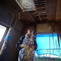 大きな爪痕を残した台風15号が過ぎ去り9日で1カ月。避難所生活が続く安西えみさん(79)の自宅は、屋根が抜け落ち板の隙間からは光が差し込んでいた=千葉県鋸南町で2019年10月8日午後2時54分、玉城達郎撮影