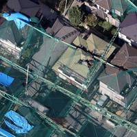 台風15号の影響で倒壊し、隣接する民家を直撃したゴルフ練習場のネットを張った支柱=千葉県市原市で2019年10月9日午後1時21分、本社ヘリから尾籠章裕撮影