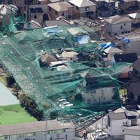 台風15号の影響で倒壊し、隣接する民家を直撃したゴルフ練習場のネットを張った支柱=千葉県市原市で2019年10月9日午後1時26分、本社ヘリから尾籠章裕撮影