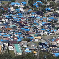 台風15号の被害を受けた屋根に、ブルーシートがかけれた民家が建ち並ぶ千葉県鋸南町=2019年10月9日午後1時41分、本社ヘリから尾籠章裕撮影