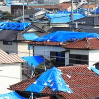 大きな爪痕を残した台風15号から九日で1カ月となる鋸南町では、未だに多くの家屋の屋根はブルーシートに覆われている=千葉県鋸南町で2019年10月8日午後1時59分、玉城達郎撮影