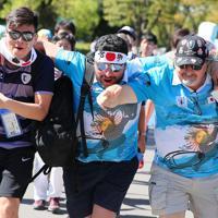 【アルゼンチン―米国】試合前に肩を組んで盛り上がるアルゼンチンファン=埼玉・熊谷ラグビー場で2019年10月9日、長谷川直亮撮影