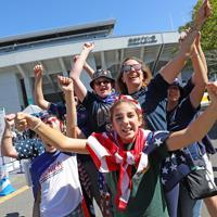 【アルゼンチン―米国】スタジアム前で盛り上がる米国ファン=埼玉・熊谷ラグビー場で2019年10月9日、長谷川直亮撮影