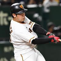 【巨人-阪神】一回裏巨人2死、岡本がソロ本塁打を放つ=東京ドームで2019年10月9日、滝川大貴撮影