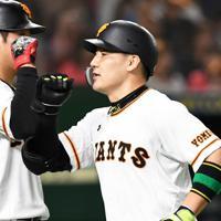 【巨人-阪神】一回裏巨人2死、先制の本塁打を放ちチームメイトと喜ぶ丸=東京ドームで2019年10月9日、滝川大貴撮影