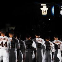6日に死去した金田正一さんを悼み、金田さんの巨人時代の背番号34に向かって黙とうする巨人の選手たち=東京ドームで2019年10月9日、滝川大貴撮影