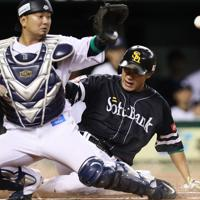 【西武―ソフトバンク】一回表ソフトバンク2死一、三塁、松田宣の先制となる2点二塁打で生還した柳田(捕手・森)=メットライフドームで2019年10月9日、吉田航太撮影