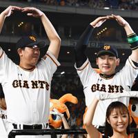 【巨人-阪神】試合後、おなじみの「丸」のポーズで勝利を祝う丸(右)と山口=東京ドームで2019年10月9日、滝川大貴撮影