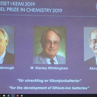ノーベル化学賞の受賞が決まった吉野彰氏ら研究者3人=ノーベル財団のホームページより