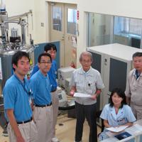 吉野彰氏(右から3人目)と研究メンバーら=旭化成広報室提供
