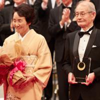 ノーベル化学賞受賞が決まった吉野彰氏と妻久美子さん(左)。2018年に日本国際賞を受賞した=旭化成広報室提供