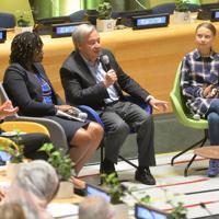 「若者気候サミット」で語りかけるアントニオ・グテレス事務総長(左から2人目)。右はグレタ・トゥーンベリさん=米ニューヨークの国連本部で9月21日、隅俊之撮影