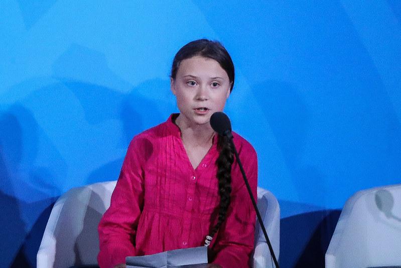 メルケル首相は「トゥーンベリさんの指摘を尊重した」と言うが・・・・・・(9月23日、国連気候行動サミットでスピーチするトゥーンベリさん)(Bloomberg)