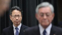 厳しい表情で記者会見に臨む関西電力の岩根茂樹社長(左)。右手前は八木誠会長=大阪市福島区で10月9日、小出洋平撮影