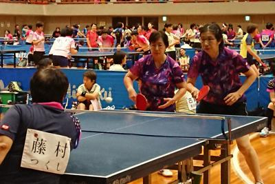 真剣な表情でプレーする各チームの選手=横浜市中区で