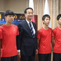 池田市長(左から3番目)を表敬した黒崎播磨陸上競技部の選手ら