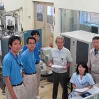 吉野彰さん(右から3人目)と研究メンバーら=旭化成広報室提供