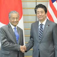 会談前に握手する安倍晋三首相(右)とマレーシアのマハティール首相=首相官邸で2019年5月31日、川田雅浩撮影