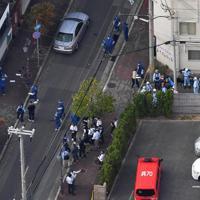 発砲現場を調べる兵庫県警の捜査員ら=神戸市中央区で2019年10月10日午後3時23分、本社ヘリから