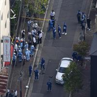 発砲現場を調べる捜査員ら=神戸市中央区で2019年10月10日午後3時22分、本社ヘリから