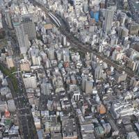 住宅街で発生した発砲事件の現場(手前中央)付近。奥はJR元町駅=神戸市中央区で2019年10月10日午後3時20分、本社ヘリから