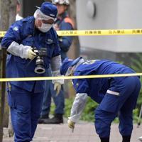 発砲事件があった現場を調べる捜査員ら=神戸市中央区で2019年10月10日午後3時56分
