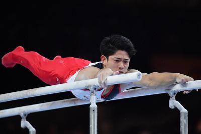 男子団体決勝で平行棒の演技をする谷川翔=ドイツ・シュツットガルトで2019年10月9日、宮間俊樹撮影