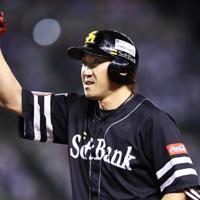 【西武―ソフトバンク】四回表ソフトバンク2死一、三塁、適時打を放ち塁上で拳を突き上げる内川=メットライフドームで2019年10月10日、吉田航太撮影