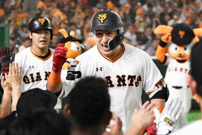 【巨人-阪神】四回裏巨人無死二塁、ゲレーロ(中央)が左越え2点本塁打を放ち、ベンチ前でチームメートと喜ぶ=東京ドームで2019年10月10日、滝川大貴撮影