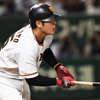 【巨人-阪神】五回裏巨人2死二塁、岡本が適時打を放つ=東京ドームで2019年10月10日、滝川大貴撮影