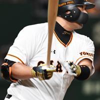【巨人-阪神】八回裏巨人1死、代打・阿部が右前打で出塁する=東京ドームで2019年10月10日、滝川大貴撮影