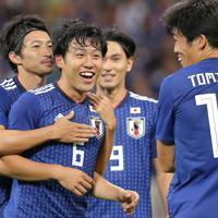 【日本―モンゴル】後半、ゴールを決めて笑顔を見せる遠藤(左から2人目)=埼玉スタジアムで2019年10月10日、宮武祐希撮影
