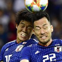 【日本―モンゴル】後半、ヘディングシュートを放つ冨安(左)と吉田=埼玉スタジアムで2019年10月10日、藤井達也撮影