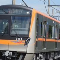 外観にオレンジのラインや航空機のイラストが入る京成電鉄の新型車両「3100形」=千葉県酒々井町で2019年10月10日午前10時37分、中村宰和撮影